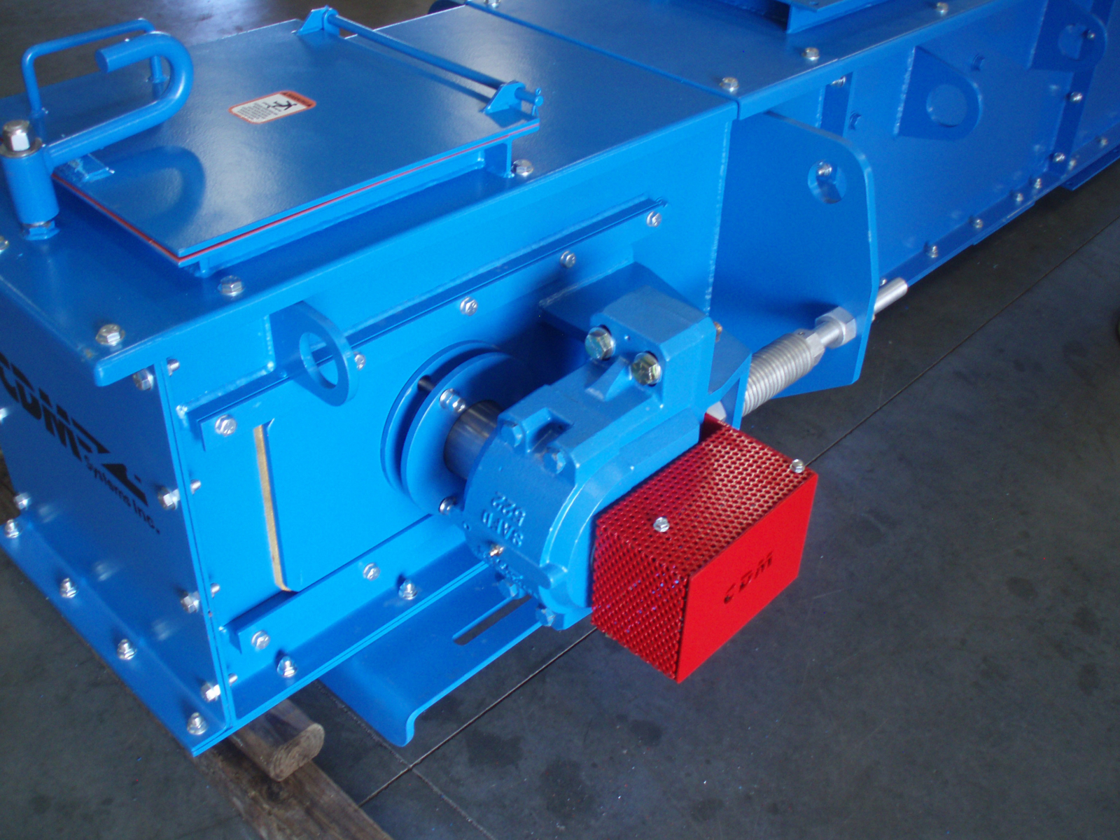 CDM Systems ceramic-lined En-Masse Drag Chain Conveyor for abrasive material conveying.